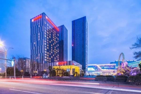 宁波罗蒙希尔顿花园酒店设有 264 间客房,酒店旁边就是罗蒙环球乐园图片