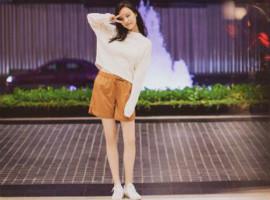 街拍女神倪妮又去泰国拍照了,衣服全都出自优衣库