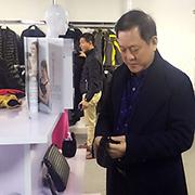 服装协会朱会长莅临康家服装指导工作 给予高度赞赏