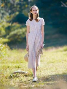 女子卉色时尚长款连衣裙