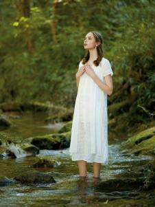 女子卉色白色长款连衣裙