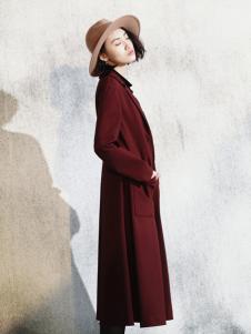 底色酒红色长外套
