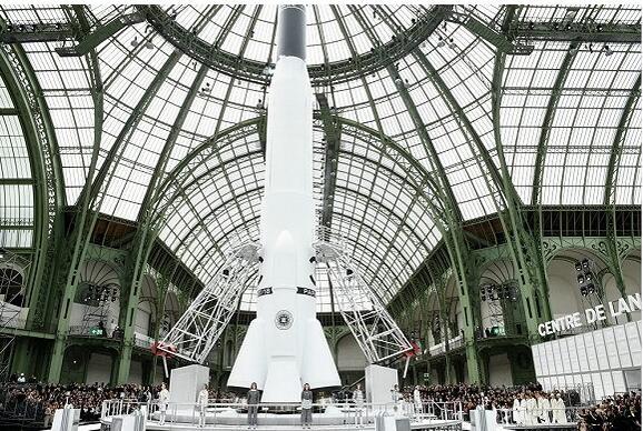 Chanel 2017秋冬巴黎时装秀竟然造了一架火箭