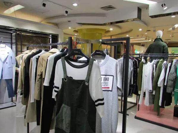 Neelly纳俪女装实体店陈列