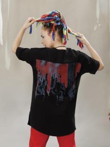 约布黑色印花T恤