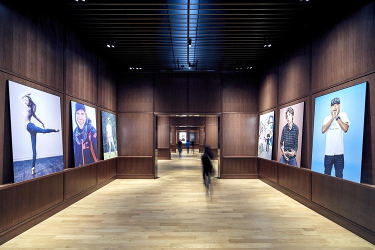 3月16 日,优衣库对外第一次展示了它的全球新总部 Uniqlo City Tokyo。这个占地 18.8 万平方英尺的大楼位于靠近东京湾的有明,楼下 5 层用于优衣库的仓储和物流,在第 6 层就是设计部和市场部等其他部门的办公室。   一条街将 6 个工作区串联起来,包括创意研究室、会议室、休息室,咖啡厅,一个可以容纳所有人开会的会议室,还有一个名为 answer lab 的房间,方便让所有工作坊和会议在这里举行,以促进想法的交流和创意的诞生。目前,一共有 1000 名员工在这里工作。迅销公司