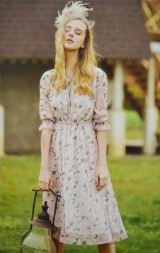 金蝶茜妮收腰花色连衣裙