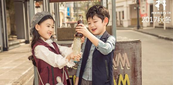 两个小朋友做中国时尚的童装