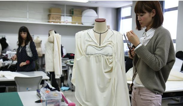 很多日本服装类著名品牌走的是高中端路线,销售群体应该是中国的中产
