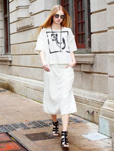娅尼蒂凘女装白色套装