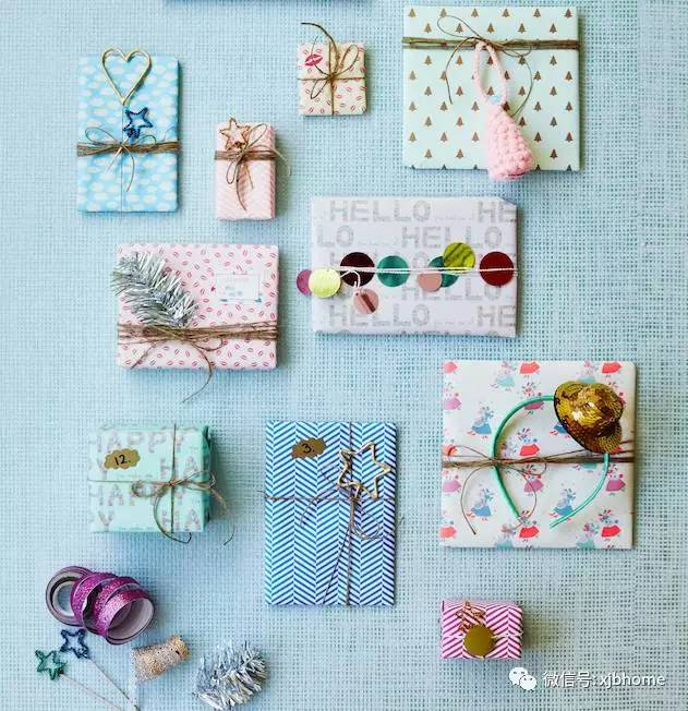 再搭配美纹纸胶带,彩色塑料绳,剪纸卡片或折纸花艺等小配饰粘在包装上