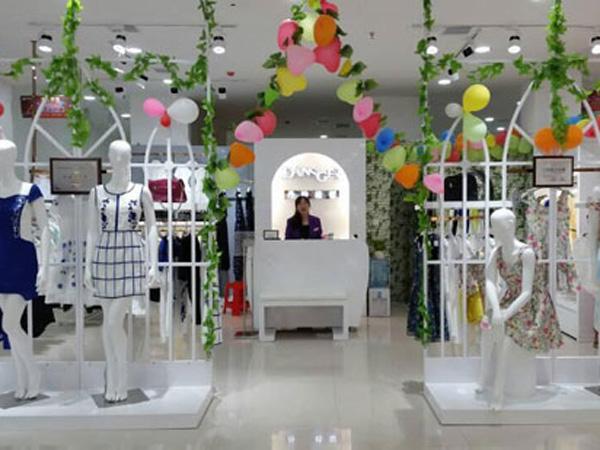 丹诗格尔女装品牌店陈列