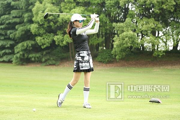 图为选手们身穿svg高尔夫服装在球场上激烈地比赛