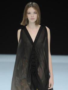 衣肖秀新款黑色V领无袖连衣裙