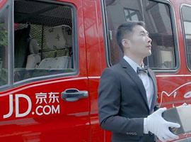 京东快递员装备升级 送奢侈品标配黑西装白手套