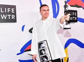 """24年后Raf Siomons拿下了CK得的""""年度男女装设计师奖"""""""
