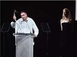 """24年后Raf Simons拿下了CK得的""""年度男女装设计师奖"""""""