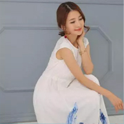 着秀丨炎炎夏日,着一身恬淡白裙怡然雅致