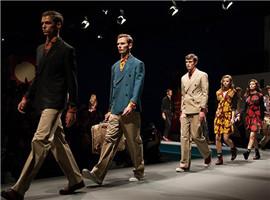 """""""高大上""""的奢侈品牌展现出多元、年轻、亲民的一面"""