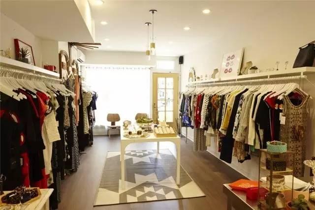 [导读] 服装店的装修可以说是开店必备的第一步,同时也是至关重要的一步。说到服装店装修就必须要先定一个适合的装修风格,那么服装店装修风格有哪些?哪些风格适合服装店装修呢?万通国际服装广场在这里收集了几种服装店装修风格,仅供大家参考。