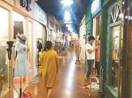 消费者更喜欢网购衣服还是实体店消费?