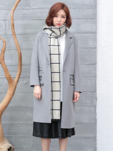 着秀女士灰色大衣