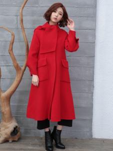 着秀红色大衣
