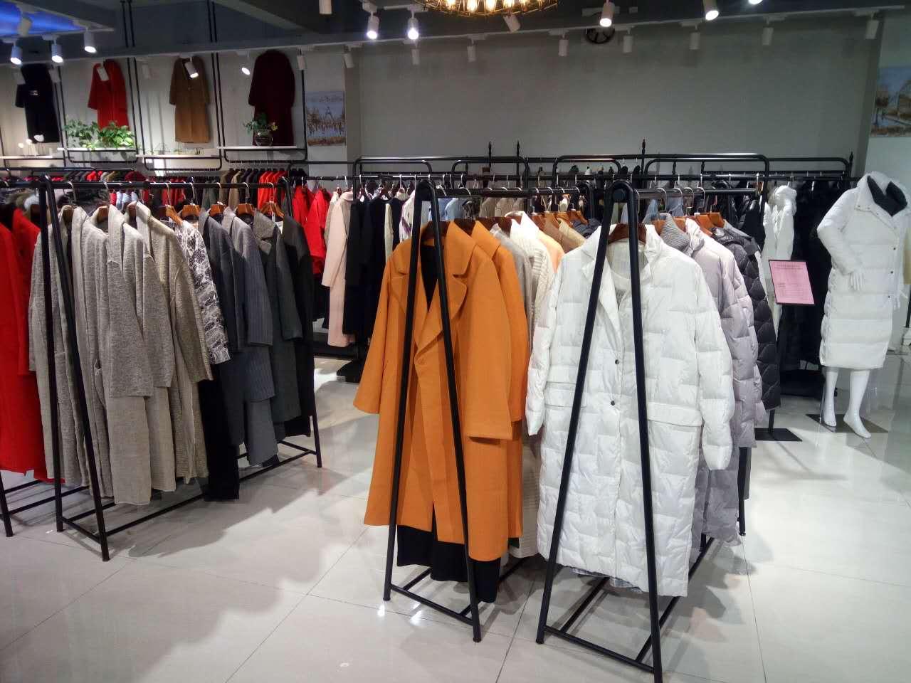 广州健凡高端精品新款女装折扣大衣羽绒服货源走份批发