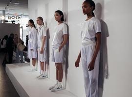 """纽约时装周上最年轻的中国独立设计师,""""喜欢多变""""的风格"""