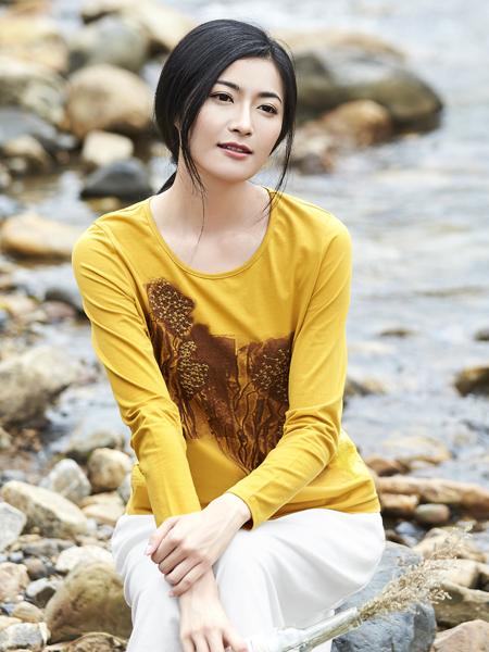 丽比多女装2017秋冬新款黄色T恤山水印花