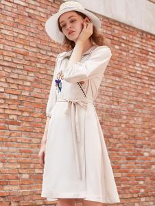 司合伊17秋冬新款白色连衣裙