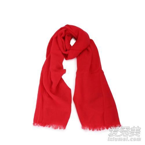 跟着我们的步骤,学习戴围巾的技巧吧,让你的秋天也一样充满清凉暖意.