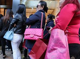 曾经的全球购物圣地正走向正轨 香港零售业连续8个月上涨