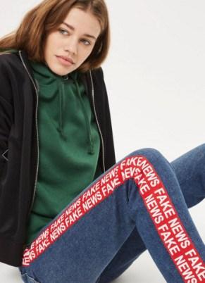 "Topshop一款绣了""Fake News""字符的牛仔裤被卖爆"