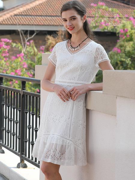 乔帛白色连衣裙