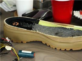 美国智能充电鞋:每走一步就能充电