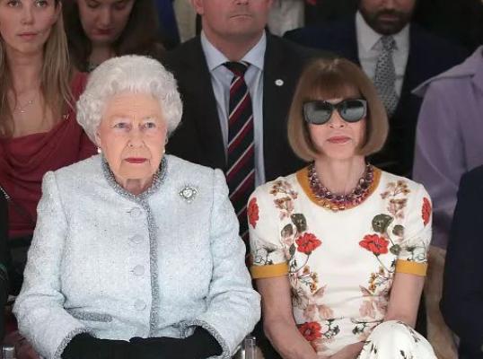 91岁英国女王首次亮相伦敦时装周!给谁捧场?