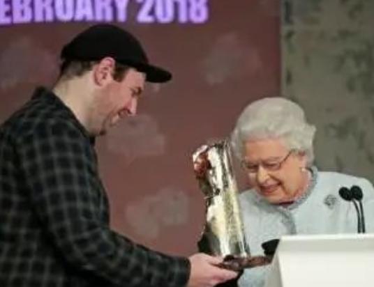 让女王献出第一次看秀经历的设计师 到底是什么来头?