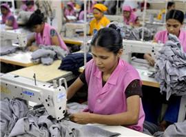 T恤等工厂生死抉择:要机器人生产还是降低人工成本?