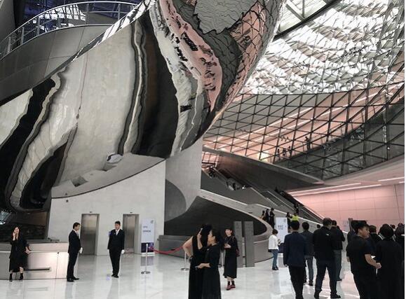 时装周期间的深圳当代艺术馆内部