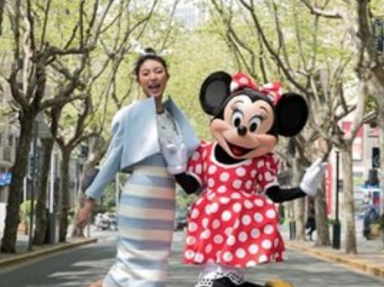 与品牌联名迎合年轻人 迪士尼进军时尚圈登上时装周舞台