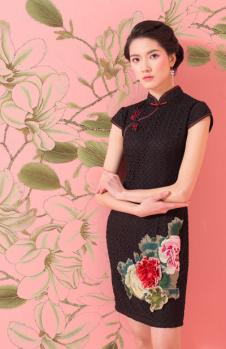 萧萍萍黑色刺绣花旗袍