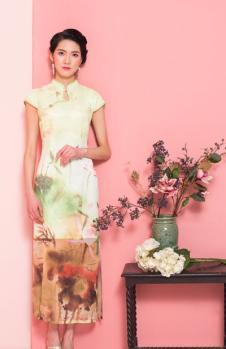 萧萍萍淡黄色长款旗袍