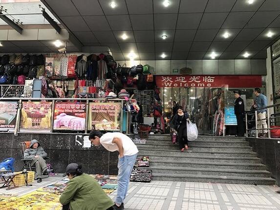 南外滩轻纺面料市场大门 摄影:楼婍沁