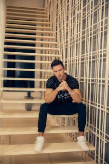 步西尼男装黑色白条纹T恤