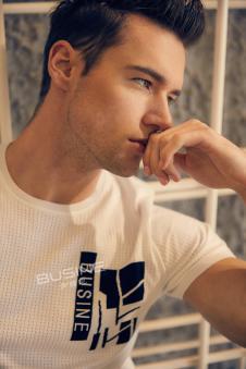 步西尼男装白色字母T恤