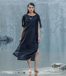 富甲坊黑色宽松连衣裙