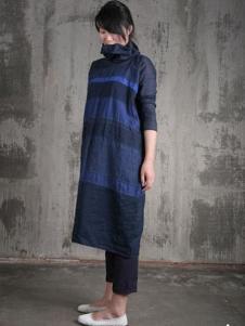 布言布语女装藏青高领连衣裙