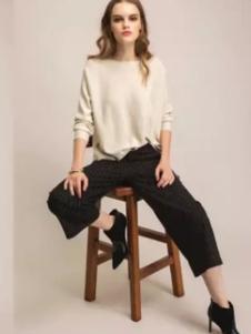 迪族女装 杏色圆领T恤