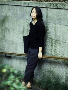 素茶女装黑色圆领针织衫
